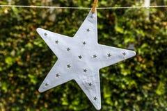 Μια αρκετά άσπρη ένωση αστεριών από ένα σχοινί Στοκ Φωτογραφία