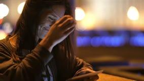 Μια αρκετά νέα γυναίκα που χρησιμοποιεί την ταμπλέτα της τη νύχτα Χαμογελά, αγγίζει την τρίχα της φυσικά Αργό MO φιλμ μικρού μήκους
