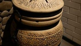 Μια αρχαία ασιατική κεραμική κανάτα με τη διακόσμηση εσωτερική απόθεμα βίντεο