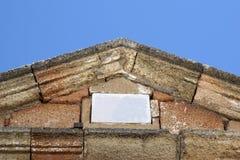 Μια αρχαία αρχαία στέγη με έναν κενό άσπρο πίνακα πετρών Στοκ Εικόνες