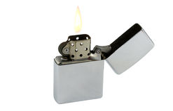 Μια ασημένια ελαφρύτερη φλόγα που απομονώνεται στο άσπρο υπόβαθρο Στοκ φωτογραφία με δικαίωμα ελεύθερης χρήσης