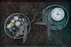 Μια ασυνήθιστη ζωή τέχνης ακόμα με το παλαιό σκουριασμένο μαύρο ψαλίδι μετάλλων: τα εργαλεία βρίσκονται στα στρογγυλά ασημένια πι Στοκ Φωτογραφία