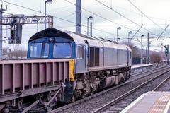 Μια ατμομηχανή diesel αφήνει το σταθμό Στοκ Φωτογραφίες