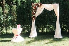 Μια αυθεντική δονούμενη floral διακόσμηση Διακόσμηση της γαμήλιας αψίδας Στοκ Εικόνες