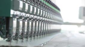 Μια αυτόματη βελόνα ράβοντας μηχανών στενό σε επάνω απόθεμα βίντεο