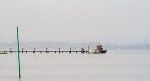 Μια βάρκα έδεσε επάνω σε έναν πάκτωνα στο λιμάνι Poole στοκ εικόνες