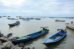 Μια βάρκα κοντά στο χωριό ψαράδων στη Μαλαισία Στοκ Φωτογραφίες