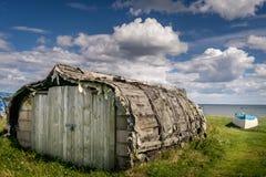 Μια βάρκα κωπηλασίας που ανακαινίζεται σε ένα σπίτι στοκ εικόνες
