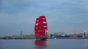 Μια βάρκα με τα ερυθρά πανιά στον ποταμό Neva Ένα τεμάχιο της πρόβας των ερυθρών πανιών ` ετήσιας άδειας ` Άγιος-Πετρούπολη απόθεμα βίντεο