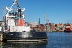 Μια βάρκα μηχανών που δένει στο λιμάνι του Ελσίνκι στοκ εικόνες με δικαίωμα ελεύθερης χρήσης