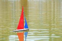 Μια βάρκα παιχνιδιών που επιπλέει στο νερό Στοκ Φωτογραφίες