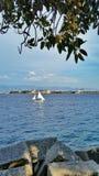 Μια βάρκα πανιών στη θάλασσα Στοκ εικόνα με δικαίωμα ελεύθερης χρήσης