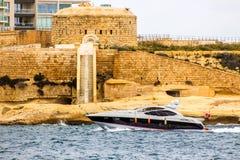 Μια βάρκα περνά το οχυρό Tigne, Μάλτα στοκ φωτογραφία