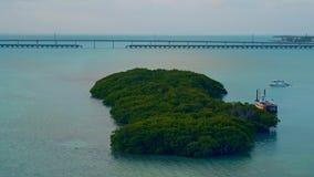 Μια βάρκα που δένεται από ένα μικρό νησί στην ανατολή φιλμ μικρού μήκους