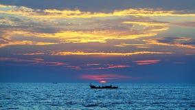 Μια βάρκα που αρχίζει για μια νέα ημέρα στοκ φωτογραφίες με δικαίωμα ελεύθερης χρήσης