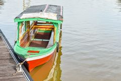 Μια βάρκα που δένεται στην αποβάθρα στοκ εικόνες