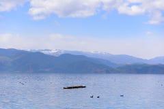 Μια βάρκα που επιπλέει στη λίμνη Στοκ εικόνα με δικαίωμα ελεύθερης χρήσης