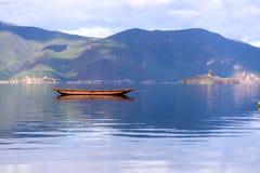 Μια βάρκα που επιπλέει στη λίμνη Στοκ φωτογραφίες με δικαίωμα ελεύθερης χρήσης