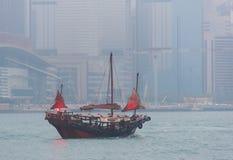 Μια βάρκα πλέει στο λιμάνι Βικτώριας στο Χονγκ Κονγκ Στοκ φωτογραφία με δικαίωμα ελεύθερης χρήσης