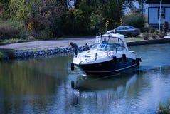 Μια βάρκα σε μια κλειδαριά στοκ εικόνα με δικαίωμα ελεύθερης χρήσης