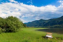 Μια βάρκα στην ακτή της λίμνης Teletskoye στοκ φωτογραφία με δικαίωμα ελεύθερης χρήσης
