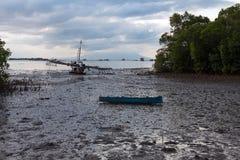 Μια βάρκα στη λάσπη Στοκ φωτογραφία με δικαίωμα ελεύθερης χρήσης
