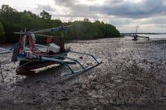 Μια βάρκα στη λάσπη Στοκ εικόνες με δικαίωμα ελεύθερης χρήσης