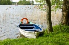 Μια βάρκα στη λίμνη με το σημαντήρα ζωής Στοκ Εικόνα