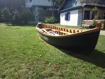Μια βάρκα στη ναυσιπλοΐα με τη χλόη Στοκ Εικόνες