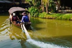 Μια βάρκα τουριστών για να επισκεφτεί τη να επιπλεύσει αγορά Ayodhya Ayutthaya, θόριο Στοκ φωτογραφίες με δικαίωμα ελεύθερης χρήσης