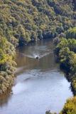 Μια βάρκα τουριστών, σε γαλλικά που καλείται gabare, στον ποταμό Dordogne στο Λα roque-Gageac, Aquitaine, στοκ εικόνες