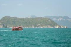 Μια βάρκα τουριστών στο εθνικό θαλάσσιο πάρκο Angthong Στοκ φωτογραφία με δικαίωμα ελεύθερης χρήσης