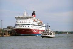 Μια βάρκα τουριστών στο υπόβαθρο του πορθμείου ` Gabriella ` κρουαζιέρας θάλασσας Στοκ φωτογραφία με δικαίωμα ελεύθερης χρήσης