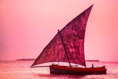 Μια βάρκα Dhow στη θάλασσα στοκ εικόνα