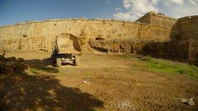 Μια βαθιά τάφρος του μεσαιωνικού φρουρίου Famagusta, πανόραμα του φορτηγού και ενός σωρού των ερειπίων απόθεμα βίντεο