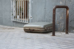 Μια βαλίτσα που βρίσκεται μόνο Στοκ Φωτογραφία