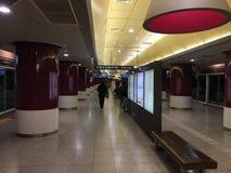 Μια βιασύνη των πεζών σε έναν σταθμό μετρό στοκ εικόνες