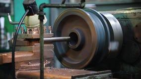 Μια βιομηχανική εργασία τόρνου Στροφή ράβδων μετάλλων απόθεμα βίντεο