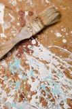 Μια βούρτσα σε μια ινόπλακα που λεκιάζουν με το χρώμα Κάθετη όψη Στοκ φωτογραφία με δικαίωμα ελεύθερης χρήσης