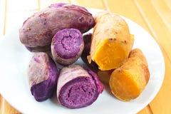 Μια βρασμένη στον ατμό γλυκιά πατάτα ή μαγειρευμένες διοσκορέες Στοκ Εικόνες