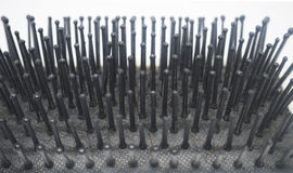 Μια βρώμικη χτένα βουρτσών με στενό επάνω Στοκ φωτογραφία με δικαίωμα ελεύθερης χρήσης