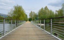 Μια γέφυρα για πεζούς πέρα από μια λίμνη στη μέση ενός επιχειρησιακού πάρκου Στοκ Φωτογραφίες