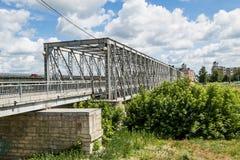 Μια γέφυρα για πεζούς πέρα από τον ποταμό Στοκ φωτογραφία με δικαίωμα ελεύθερης χρήσης