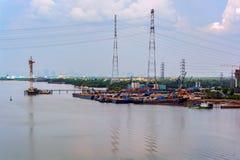 Μια γέφυρα κάτω από την κατασκευή πέρα από τον ποταμό Saigon στοκ εικόνα με δικαίωμα ελεύθερης χρήσης