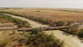 Μια γέφυρα με τα αυτοκίνητα και τα δέντρα απόθεμα βίντεο