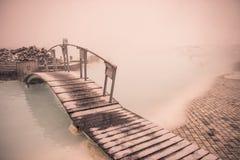 Μια γέφυρα πέρα από μια γεωθερμική λίμνη Στοκ φωτογραφία με δικαίωμα ελεύθερης χρήσης