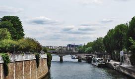 Μια γέφυρα πέρα από τον ποταμό Τάμεσης στοκ εικόνες με δικαίωμα ελεύθερης χρήσης