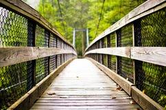 Μια γέφυρα πέρα από το ενοχλημένο ύδωρ Στοκ Φωτογραφίες