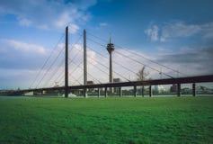 Μια γέφυρα πέρα από το Ρήνο στο Ντίσελντορφ Στοκ Φωτογραφίες