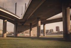 Μια γέφυρα πέρα από το Ρήνο στο Ντίσελντορφ Στοκ φωτογραφίες με δικαίωμα ελεύθερης χρήσης